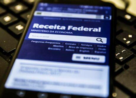 Como posso saber se estou com alguma pendência na Receita Federal?